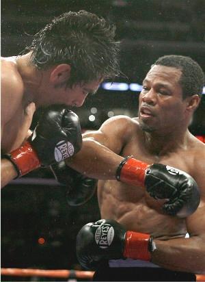 Mosley rocks Margarito: HoganPhotos.com