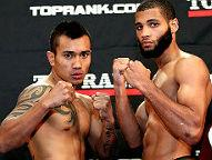 (L-R) Gesta 137 lbs, Barnett 135.5 lbs (Photo © Chris Farina / Top Rank)
