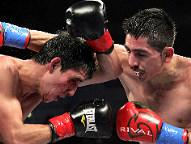 Leo Santa Cruz (R) - Alberto Guevara / (Photo © Tom Casino / SHOWTIME)