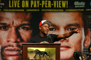 Mayweather Jr Officially Announces Fight With Maidana