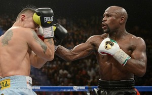 Mayweather connects against Maidana