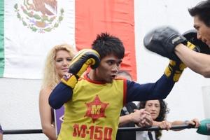 Srisaket Sor Rungvisai prepares for Roman Gonzalez.