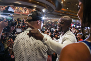 Mayweather Jr And Maidana Make Grand Arrivals In Las Vegas