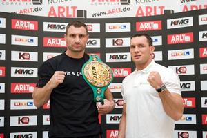 Vitali Klitschko and Albert Sosnowski prepare for battle