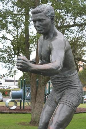 Les Darcy tribute statue