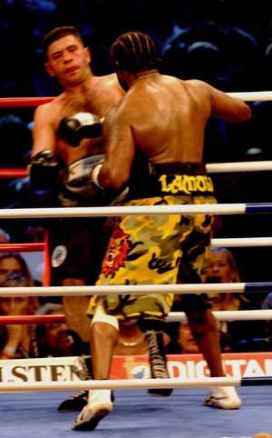 Brewster traps tired Laun on ropes (Hogan Photos)